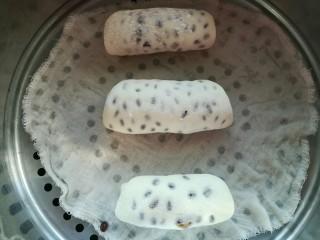 红豆卷,等体积变大,凉水放蒸锅开锅蒸10分钟后关火,再虚蒸3分钟后再开锅