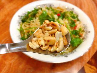 凉拌金针菇,吃的时候拿出来放上花生米。