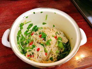 凉拌金针菇,拌匀,盖保鲜膜进冰箱冷藏一会更入味。