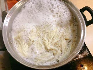 凉拌金针菇,煮3分钟关火。