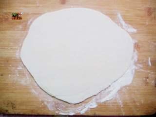 番茄鸡蛋手擀面,揉好的面团,静置松弛30分钟, 将松弛好的面团,擀开成为薄薄的长条形,厚度0.2cm左右