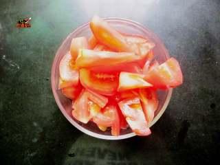番茄鸡蛋手擀面,番茄洗净切块