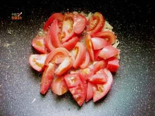 番茄鸡蛋手擀面,热锅冷油,煸香葱花、蒜末,放入西红柿炒至出汁,加入盐3g、糖2g调味煮至出汁
