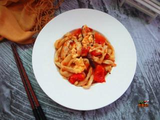 番茄鸡蛋手擀面,面条根根分明,吸满了汤汁,劲道又入味