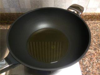 飘香啤酒鸭,热锅倒油烧至八成热。