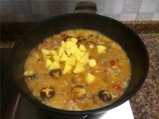 飘香啤酒鸭,放入土豆翻炒均匀,中火煮20分钟左右。(依汤量的多少)