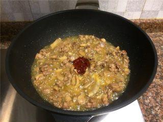 飘香啤酒鸭,放入一勺豆瓣酱翻炒出香味。