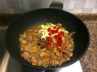 飘香啤酒鸭,放入花椒、八角、小葱头、泡椒、大蒜、泡姜等调味菜翻炒1分钟。