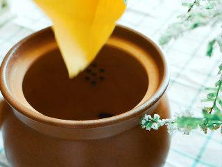 法制黑豆,中药材料和大茴香一起放入锅内加水浸泡30分钟。