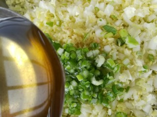 白菜豆腐粉条馅水饺,切好的白菜葱姜放一起加适量花生油拌匀
