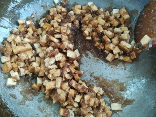 白菜豆腐粉条馅水饺,锅中加适量花生油烧热,倒入粉条和豆腐加适量酱油翻炒一分钟左右