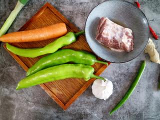 香辣可口的虎皮娘肉,准备食材