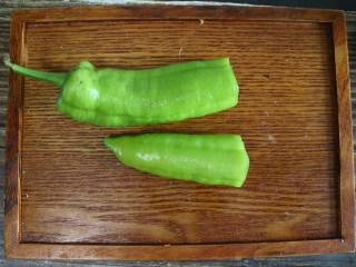 香辣可口的虎皮娘肉,尖椒切掉蒂的部分,掏出辣椒籽。