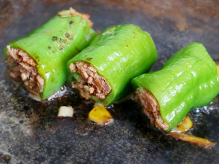 香辣可口的虎皮娘肉,食用时按个人爱好可以加入适量香醋和盐、酱油、老抽