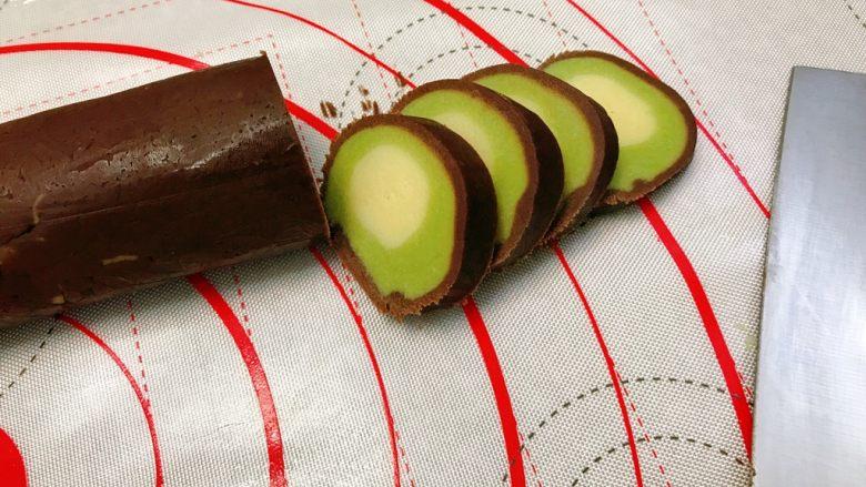 奇异果饼干,拿出均匀切成0.3cm厚左右的片。