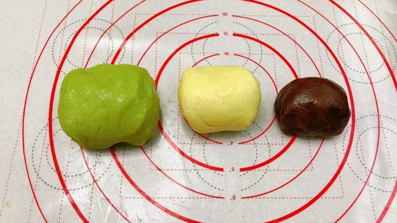 奇异果饼干,依次中团加入低粉,大团加入抹茶粉。三个团拌匀。