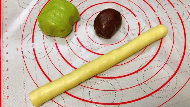 奇异果饼干,先把中团捏整成圆条状,长约25cm。放入冰箱冷冻5分钟。