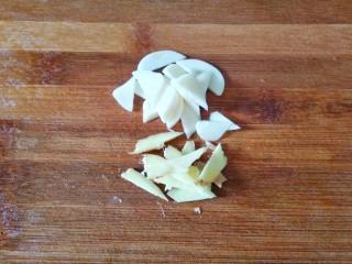 双椒土豆丝,大蒜生姜切片