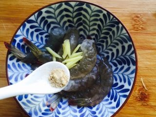 鲜美虾仁豆腐蒸蛋,加入白胡椒粉