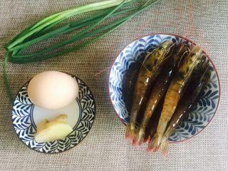 鲜美虾仁豆腐蒸蛋,食材大合影片:海虾10只,鸡蛋1个,姜1块,香葱1颗