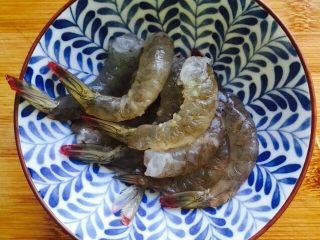 鲜美虾仁豆腐蒸蛋,将虾全部处理完毕放入碗里