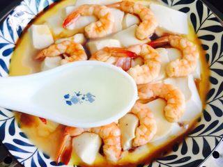 鲜美虾仁豆腐蒸蛋,1勺香油均匀的淋在上面