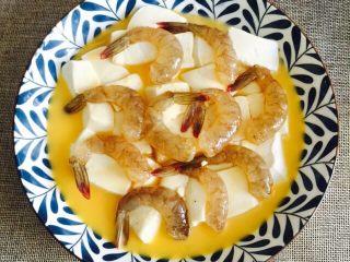 鲜美虾仁豆腐蒸蛋,虾仁码放在豆腐上面并用保鲜膜封住(忘记拍照了)