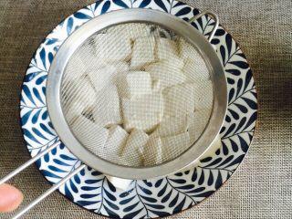 鲜美虾仁豆腐蒸蛋,取细筛