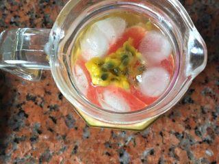 水果茶,放入全部水果,加入百香果,蜜糖,冰块