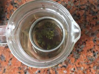 水果茶,绿茶先用开水泡出茶水來