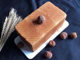 荔枝吐司面包,烤完立即脱模放凉。