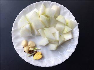 香菇丸子烧冬瓜,将冬瓜切块,生姜大蒜拍扁,小葱切段,准备几颗花椒。