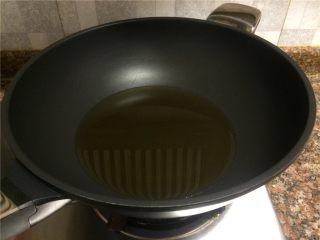 香菇丸子烧冬瓜,倒入适量食用油烧至八成热。(炸肉丸,油需要多一点)
