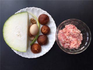 香菇丸子烧冬瓜,准备材料如图。
