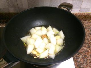 香菇丸子烧冬瓜,放入冬瓜翻炒30秒。