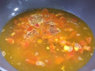 鲜美开胃: 风味西红柿杂菇汤,倒入适量清水,大火烧开。