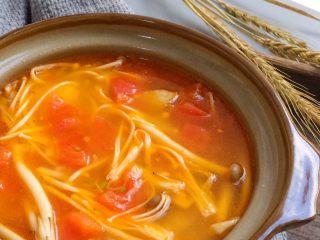 鲜美开胃: 风味西红柿杂菇汤,喝一口美容瘦身汤,酸鲜中带着胡椒粉的辛香,特别开胃。
