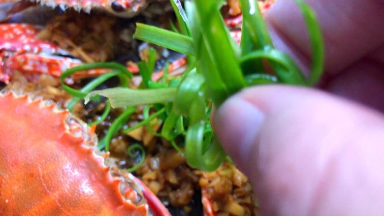 蒜蓉粉丝蒸蟹,放上葱丝即可