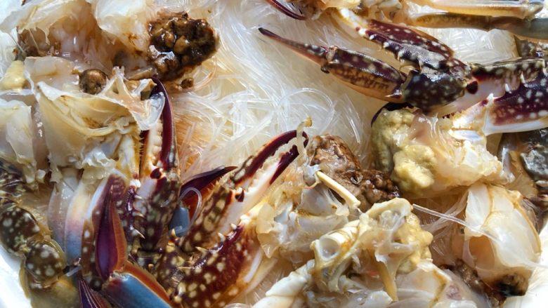蒜蓉粉丝蒸蟹,把蟹块按照梭子蟹的样子摆到粉丝上