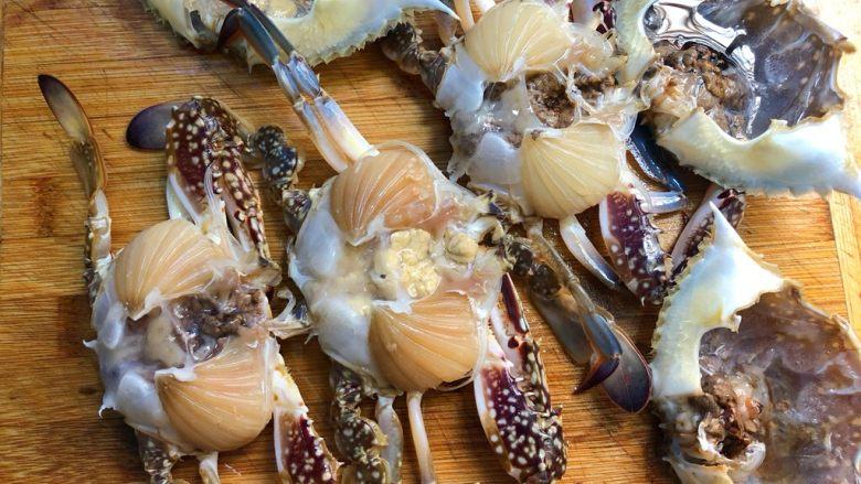 蒜蓉粉丝蒸蟹,再用筷子把蟹壳撬开