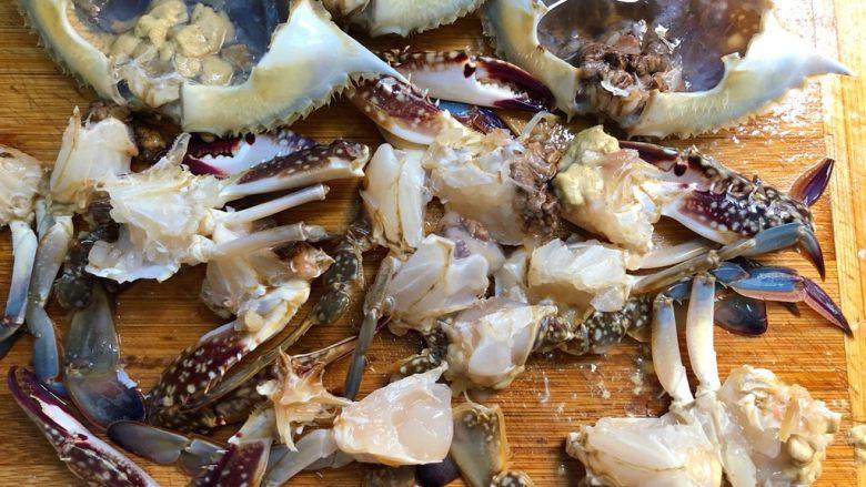 蒜蓉粉丝蒸蟹,去掉蟹鳃、蟹心、蟹肠、蟹胃,再切成小块