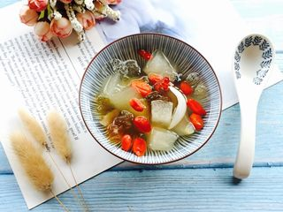 秋冬养生汤+桃胶雪梨百合枸杞糖水,盛在漂亮的器皿