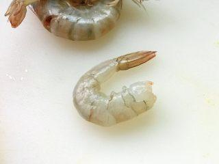 虾饺抱蛋,首先处理基围虾,去头去壳留虾尾;