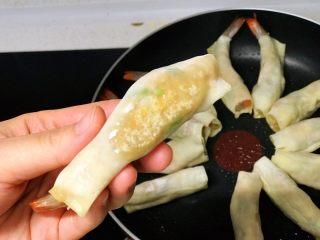 虾饺抱蛋,中小火煎至虾饺底部金黄;