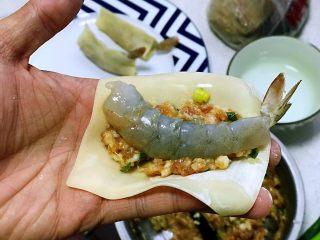 虾饺抱蛋,把大虾放在肉馅上;
