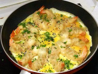 虾饺抱蛋,再撒一些黑芝麻,是不是很漂亮;