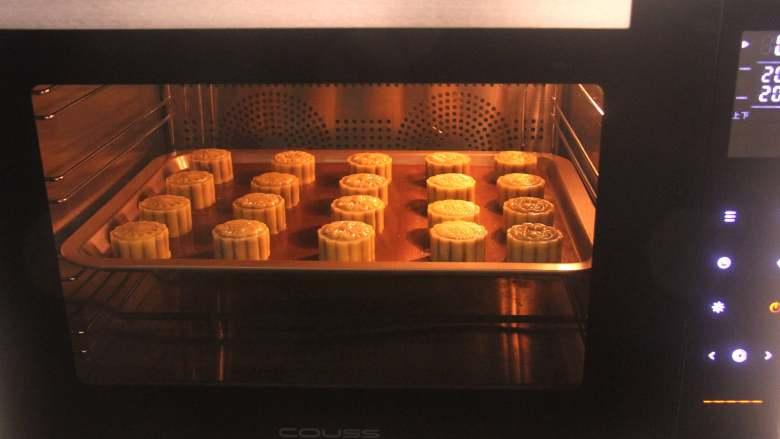 网红拉丝月饼,CO-960M智能烤箱,选择上下火模式,提前上下火200度预热10分钟以上,预热完成提示音响后将月饼放入,先烘烤约5分钟定型。