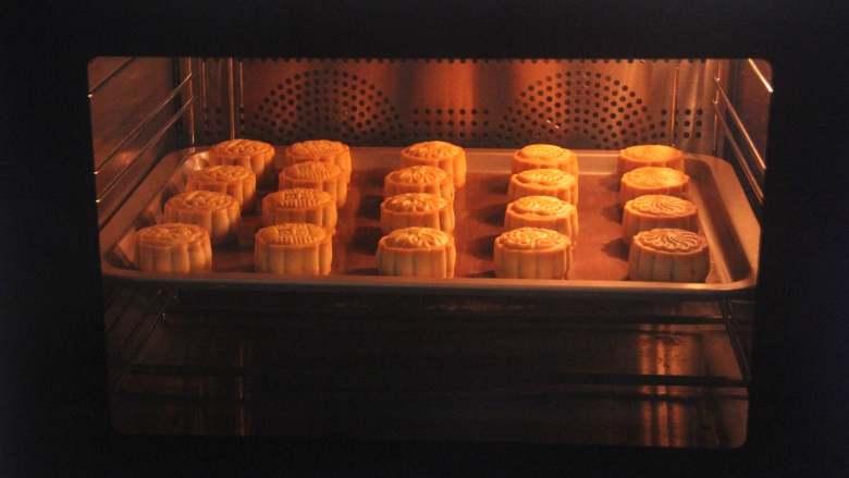 网红拉丝月饼,月饼重新放入烤箱,温度转为上火180度,下火160度,继续烤约20分钟。
