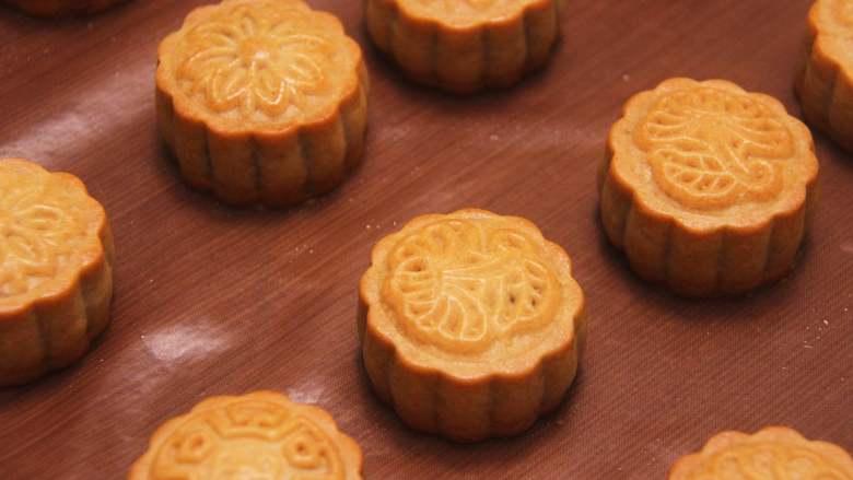 网红拉丝月饼,月饼烤至表面金黄色周围有点鼓出的状态即可,月饼取出可趁热食用,晾凉后可密封保存。