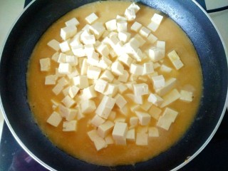 蟹黄豆腐,放入豆腐,,改中火炖十分钟